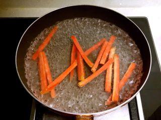 寿司,胡萝卜切成5㎜宽小条,焯水2分钟