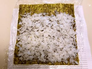 寿司,再取紫菜一片,均匀的加入薄薄的一层米饭