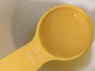 日式三文鱼沙拉,取25毫升柠檬汁放入碗中。
