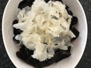 日式三文鱼沙拉,再铺上白木耳。