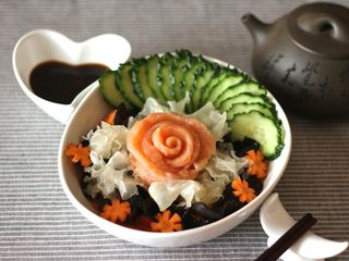 日式三文鱼沙拉,可以美美地吃了。