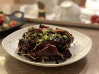 紫苏蒸酱鸭,撒上葱花