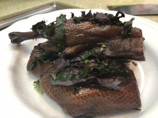 紫苏蒸酱鸭,再铺上排