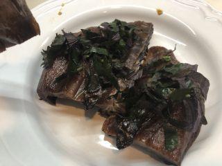 紫苏蒸酱鸭,在每块酱鸭上铺上碎紫苏叶 先铺下排