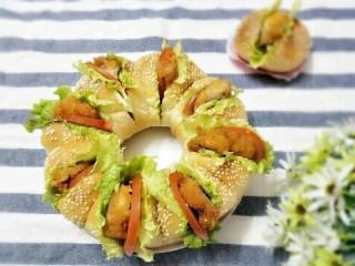 花环汉堡,放凉后,每个面团中间割一刀挤上沙拉酱,夹上自己喜欢的即可。
