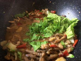 菌类下饭菜,最后2分钟放入剩余的白菜叶,因为叶子容易熟,最后放,以免煮久了