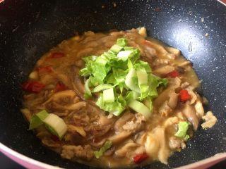 菌类下饭菜,这个菌子本身炒的时候会出水,我这里稍微加了点水可以选择不加,看个人喜好将白菜洗净后切块白菜梗先放入锅中
