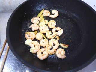 五彩虾仁,中小火炒至虾仁变色,即可关火。