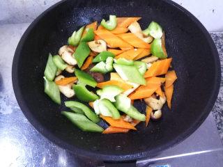 五彩虾仁,然后下入青椒片,再次稍微翻炒一下。