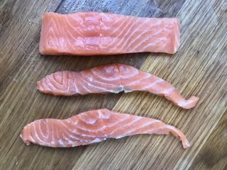 日式三文鱼沙拉,冰箱中取出三文鱼切薄片,若是买的片状的就不用切。