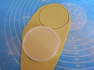 🌟豌豆荚小馒头🌟,我在家里随便找了一个圆形的盖子当模具。