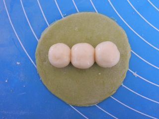🌟豌豆荚小馒头🌟,然后整齐排到半月上面。
