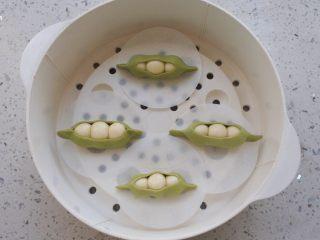 🌟豌豆荚小馒头🌟,上锅二发,把锅里的水烧至有水蒸气出来就关火,然后把馒头放上去发至比原来体积大一倍的时候就可以了,然后中大火蒸15分钟左右 再闷7.8分钟就可以出锅了。