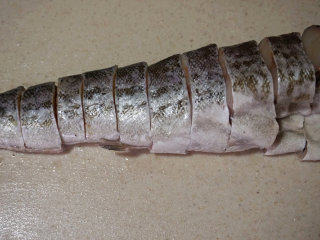 红烧明太鱼,将拍打后的鱼切成2-3厘米厚的块