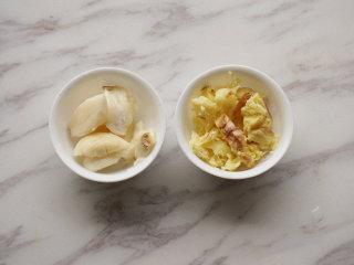 红烧明太鱼,大蒜、老姜拍碎;葱白切成段 叨叨叨:拍碎有利于大蒜、老姜香味的激发