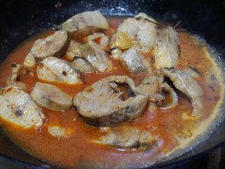 红烧明太鱼,翻炒几下后倒入适量清水,加八角、白糖调味烧至熟  叨叨叨:明太鱼肉质娇嫩,翻炒时动作尽量轻一点,以免破坏鱼肉
