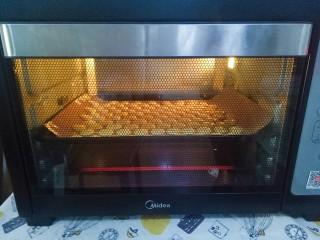 蛋黄饼干,烤箱预热完成,160度烘烤15分钟(具体时间和温度根据自己烤箱调整)