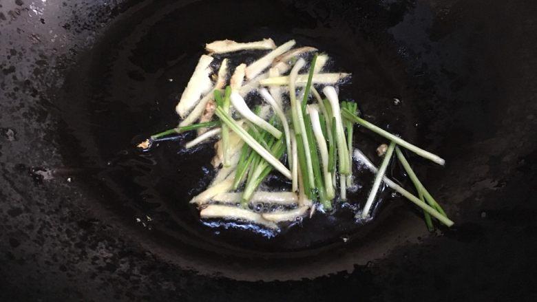 糖醋虾,热锅加入姜丝葱白爆