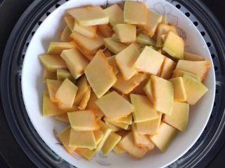 蔓越梅奶香南瓜饼干#家有烤箱#,先将南瓜去皮去瓤,洗干净切成薄片,上锅隔水蒸熟。