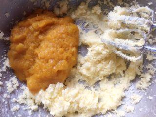 蔓越梅奶香南瓜饼干#家有烤箱#,加入南瓜泥,继续用电动打蛋器搅打至南瓜泥和黄油融为一体。