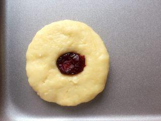 蔓越梅奶香南瓜饼干#家有烤箱#,在圆饼中间位置放上蔓越梅