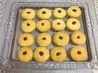 蔓越梅奶香南瓜饼干#家有烤箱#,出炉,放烤网上晾凉。