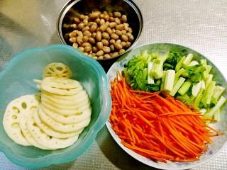 秘制私房凉拌菜,莲藕去皮切片,胡萝卜切丝,芹菜切小段,西兰花掰小朵