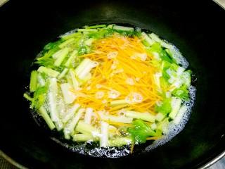 秘制私房凉拌菜,莲藕焯熟冷水浸泡,西兰花、芹菜、胡萝丝焯水1分钟捞出