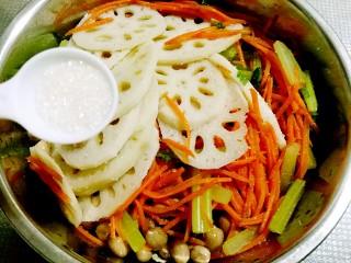 秘制私房凉拌菜,所有食材控水后放入料理盆,加盐、糖拌匀