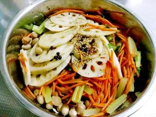 秘制私房凉拌菜,花椒油趁热浇在芝麻辣椒面上,放上香菜拌匀即可