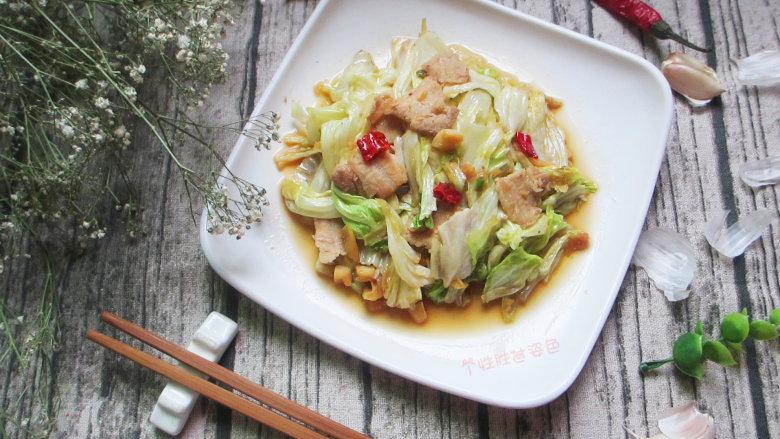 干锅包菜,这道菜颜色鲜亮,爽脆清甜,除了可开胃增食欲外,还有美白祛斑、预防感冒和胃溃疡等作用。