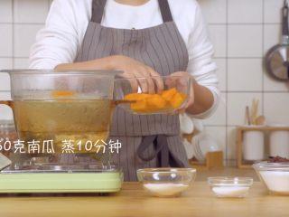 螃蟹南瓜包,取南瓜切皮,切块后上锅蒸10分钟