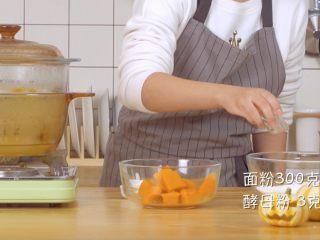 螃蟹南瓜包,碗中倒入面粉300g酵母3g