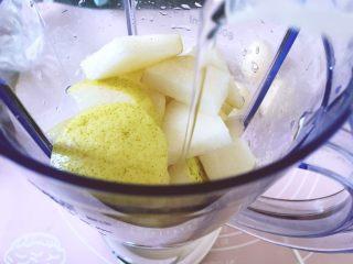 健康饮品之黄瓜雪梨汁,加入100ml的清水,最好用可直接喝的矿泉水