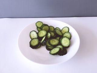健康饮品之黄瓜雪梨汁,将黄瓜洗净用盐水浸泡在冷水冲一遍均匀切块