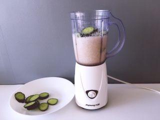 健康饮品之黄瓜雪梨汁,将黄瓜放入刚打好的梨汁中,分俩次加入