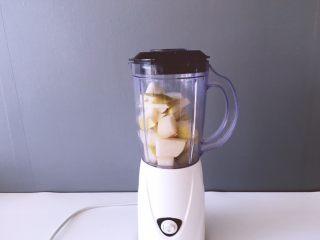 健康饮品之黄瓜雪梨汁,准备榨汁机,将放入榨汁机中