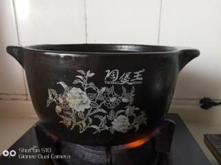 东北菜之脊骨炖豆角,砂锅坐火上,中火烧开