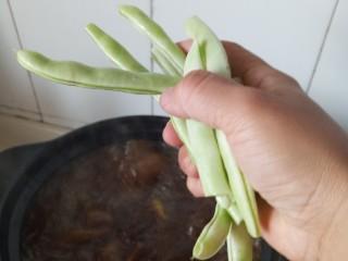 东北菜之脊骨炖豆角,加入豆角