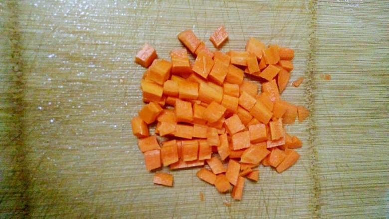 午餐肉炒杂蔬,<a style='color:red;display:inline-block;' href='/shicai/ 25'>胡萝卜</a>去皮,洗净,切成小粒