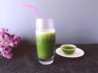 健康饮品之黄瓜雪梨汁,杯子高一些的是直接到的,口感也不错哟。