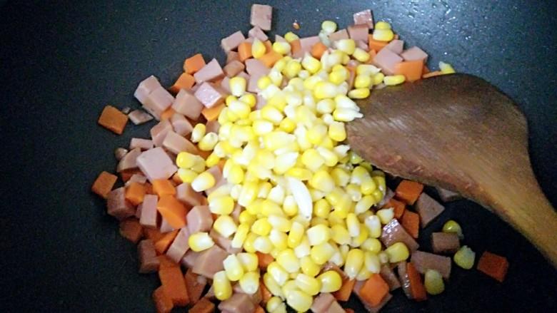 午餐肉炒杂蔬,倒入玉米粒炒匀