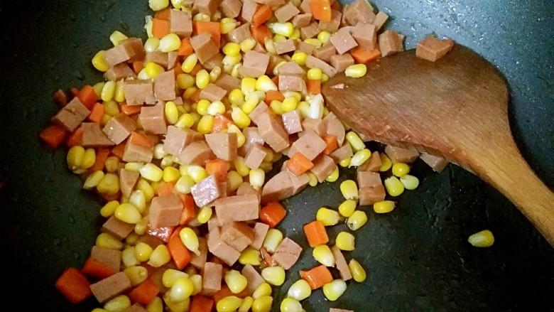 午餐肉炒杂蔬,翻炒均匀即可出锅