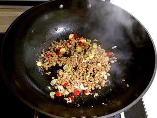 肉末蚕豆,翻炒2分钟