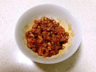 肉末蚕豆,肉末用生抽腌制5分钟