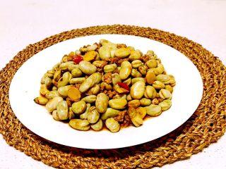 肉末蚕豆,肉末蚕豆入口软糯,鲜香适宜。