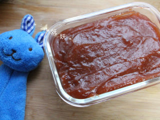 美味山楂糕,将熬好的山楂酱装入容器,密封入冰箱冷藏4小时。