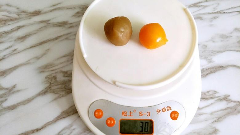 广式月饼,蛋黄和莲蓉馅合起来称重30克