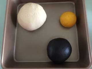 胖企鹅挤挤包,把中份的面团加入竹炭粉揉成黑色面团、最小份的面团加几滴黄色色素揉成黄色面团