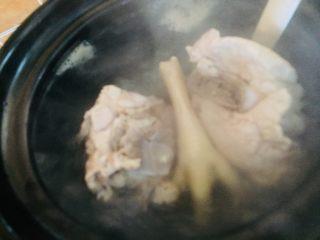 🍲佛手瓜响螺煲无花果汤,把猪骨(我买的龙骨)和鸡爪洗净焯水后捞出,放入砂锅里加水大火煮开,然后煮15分钟左右转小火慢煲.